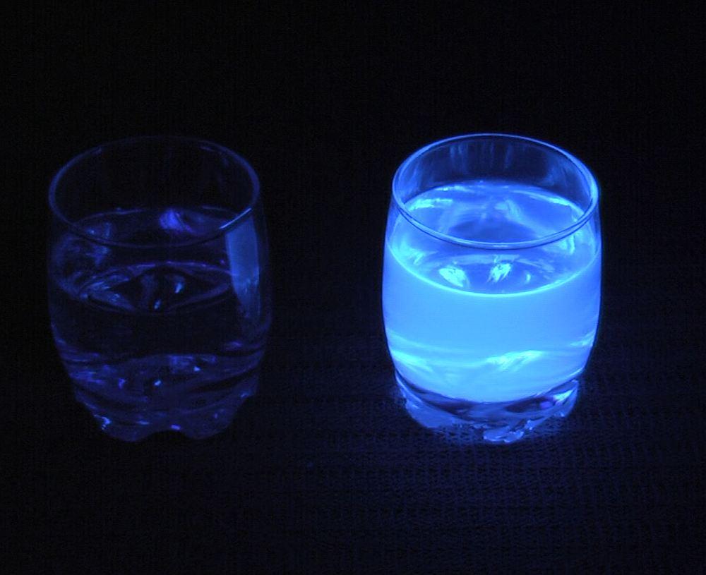 Hier der vergleich normales und tonic water im Schwarzlicht