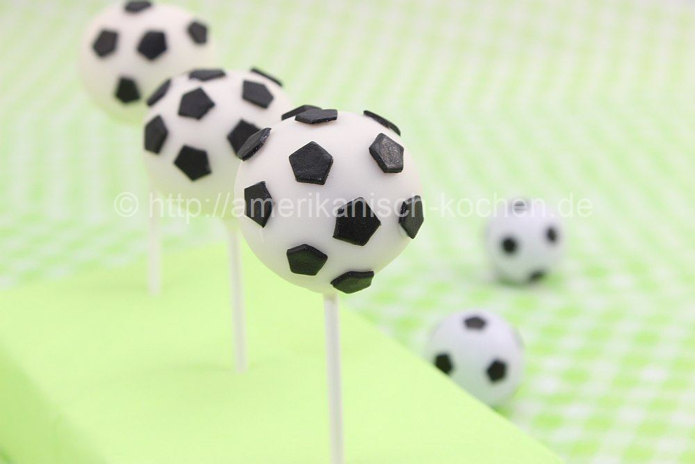 fu ball wm 2014 fu ball cake pops zitronen joghurt cake pops soccer cake pops amerikanisch. Black Bedroom Furniture Sets. Home Design Ideas