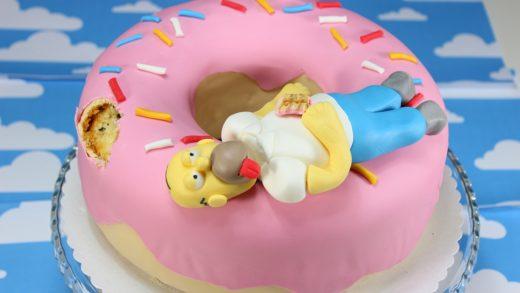 Homer Simpson auf einem Donut Kuchen
