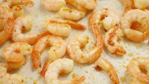 Shrimps die in der Pfanne Braten