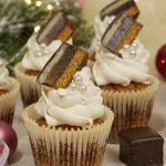 Weihnachtliche Dominostein Cupcakes mit Zimt frosting